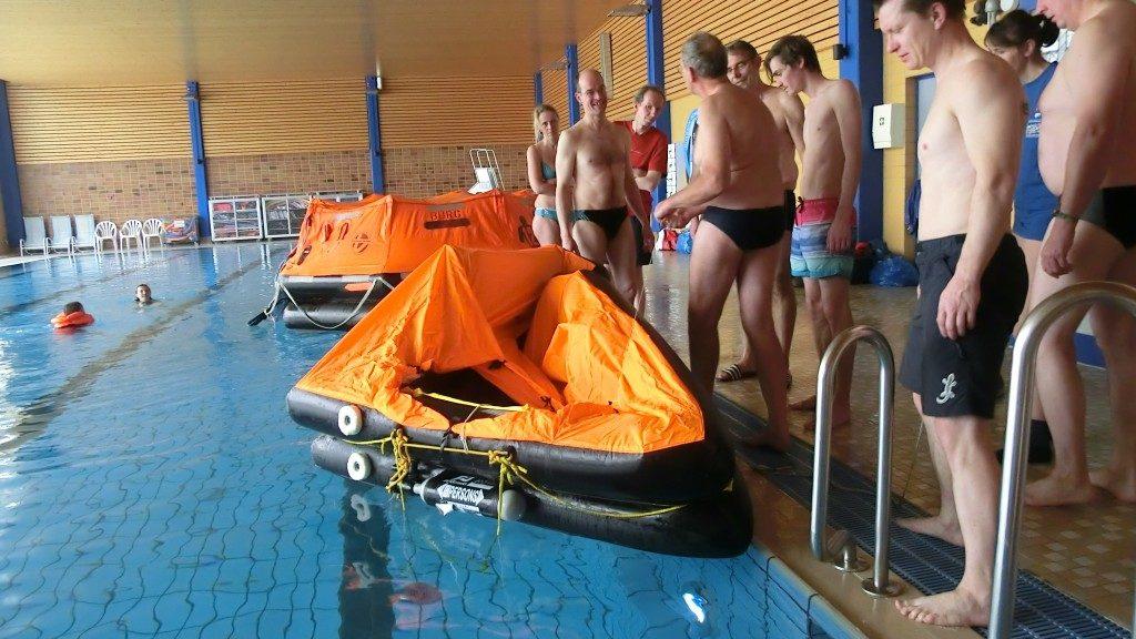 Rettungsinsel aufgeblasen im personal Sea Survival Training in Nürnberg