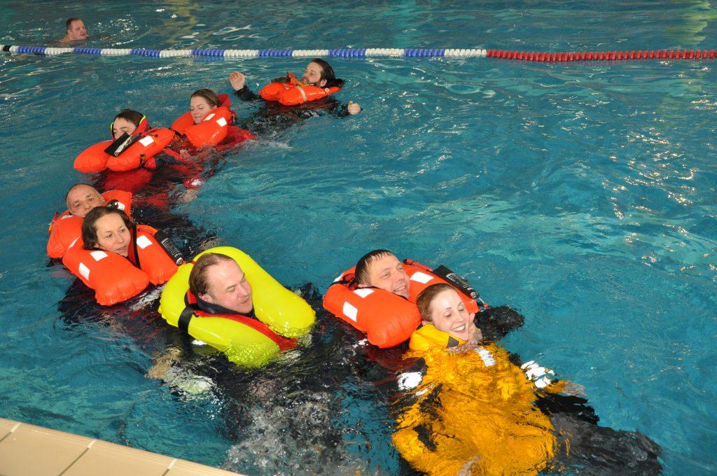 Rettungsarbeit im Wasser im Hallenbad in Schwabach