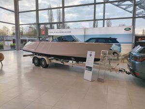 Frauchen Motorboot auf der Boot Düsseldorf